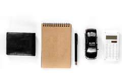Välja bilbegrepp Leksakbil och plånbok på den vita modellen för bästa sikt för bakgrund Royaltyfria Foton