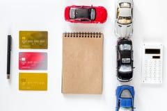 Välja bilbegrepp Leksakbilar och kontokort på den vita modellen för bästa sikt för bakgrund Royaltyfria Bilder