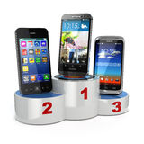 Välja de bästa mobiltelefon- eller jämförelsemobiltelefonerna Smartp Arkivbild