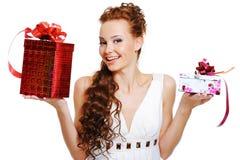 välja den förvånada kvinnan för presents royaltyfri bild