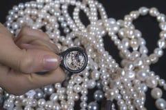Välja dyrbara pärlemorfärg halsband arkivbild