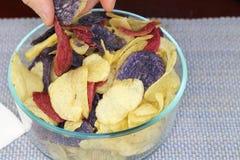 Välja för fingrar chiper för röd, lila- och gulingpotatis Arkivbild