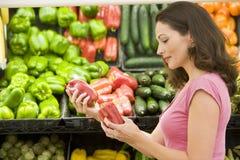 välja kvinnan för ny produce Royaltyfri Foto