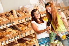 välja winekvinnor för livsmedelsbutik två Royaltyfria Bilder