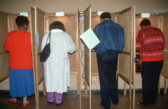 Väljarerollbesättning deras sluten omröstning på valdag Royaltyfri Foto