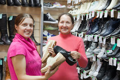 väljer skor två kvinnor Arkivfoton