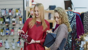 Väljer stilfull dam två i en shoppa av tillbehör och kläder handväskor shoppa som är lyckat