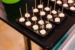 Väljer vita choklader för sfärformen med tanden det som är fri att försöka i Hokkaido, Japan Royaltyfri Foto
