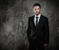 Välklädd man i svart dräkt Arkivfoton