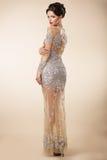 Välklädd respektabel kvinna i aftoncoctailklänning royaltyfri fotografi