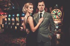 Välklädda retro stilpar i kasino royaltyfri foto