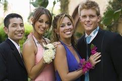 Välklädda tonårs- par utanför ståenden royaltyfri fotografi