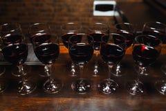Välkommen drink för rött vin arkivbild