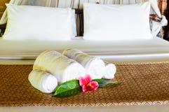 Välkommen handduk och blomma Arkivfoto