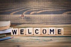 Välkommen Träbokstäver på den informativ och kommunikationsbakgrunden för kontorsskrivbord, arkivbild