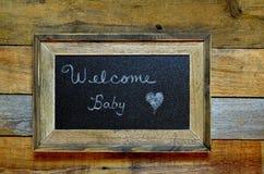 Välkommet nyfött behandla som ett barn annoucement Arkivfoton