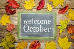 Välkommet Oktober svart tavlatecken Arkivbild