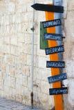 Välkommet tecken med pilar i åtskilliga språk Arkivbilder