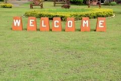 Välkommet tecken på grönt gräs Royaltyfri Fotografi