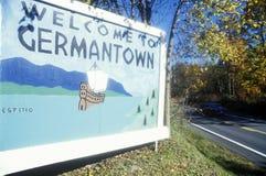 Välkommet tecken på ingången till Germantown, NY Arkivbild