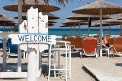 Välkommet tecken på strandstång arkivbilder