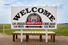 Välkommet tecken som markerar mittpunkten mellan Chicago och Los Angeles i den historiska Route 66 i Adrian, Texas, USA Fotografering för Bildbyråer