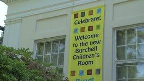 Välkommet tecken som meddelar den storslagna öppningen av barns rum stock video