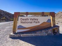 Välkommet tecken till den Death Valley nationalparken Kalifornien - DEATH VALLEY - KALIFORNIEN - OKTOBER 23, 2017 Arkivbild