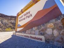 Välkommet tecken till den Death Valley nationalparken Kalifornien - DEATH VALLEY - KALIFORNIEN - OKTOBER 23, 2017 Arkivfoton