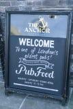 Välkommet tecken till en engelsk bar - London England UK royaltyfri foto