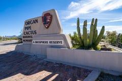 Välkommet tecken till monumentet för kaktus för organrör den nationella i den Sonoran öknen i extremt sydligt arkivbilder