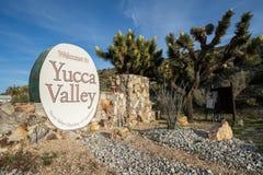 Välkommet tecken till palmliljadalen CA, en stad i den Morongo handfatet, nära Joshua Tree National arkivfoton