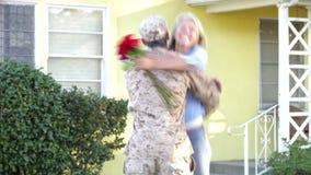 Välkomna makahem för fru på armétjänstledighetar arkivfilmer