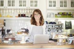 Välkomna mitt kafé Fotografering för Bildbyråer