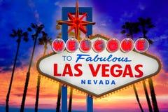 Välkomna sagolika palmträd Nevada för Las Vegas teckensolnedgång Arkivfoto