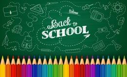 Välkomna tillbaka till skolabakgrund med klotterbeståndsdelar på den svart tavlan och färgrika blyertspennor stock illustrationer