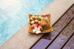 Välkomna tropiska frukter på trämagasinet Royaltyfria Foton