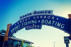 Välkomnande båge i den Santa Monica pir Arkivbilder