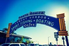 Välkomnande båge i den Santa Monica pir Royaltyfri Foto