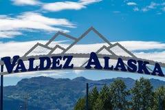 Välkomnande besökare för tecken till Valdez, Alaska Tecknet är en båge med arkivbild
