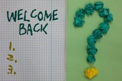 Välkomnande för textteckenvisning tillbaka Ankom varma hälsningar för begreppsmässigt foto välling för anteckningsboken för repet royaltyfri foto