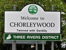 Välkomnande till Chorleywood som kopplas samman med Dardilly, områdestecken för tre floder royaltyfri foto