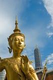 Välkomnande till den Bangkok - Kinnari statyn på det Wat Phra Kaew tempelet royaltyfri bild