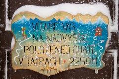 Välkomnande till den Chata fröskidan Rysmi Narodny Tatransky parkerar tatry vysoke slovakia arkivfoto