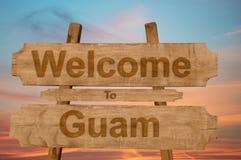 Välkomnande till den Guam allsången på wood bakgrund Royaltyfri Foto