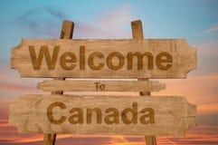 Välkomnande till den Kanada allsången på wood bakgrund Royaltyfri Fotografi