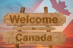 Välkomnande till den Kanada allsången på wood bakgrund med att blanda nationsflaggan Royaltyfri Fotografi