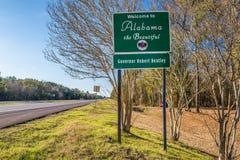 Välkomnande till det Alabama vägmärket Arkivfoto