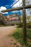 Välkomnande till det färgrika Colorado tillståndsvägmärket nära den Utah/Colorado gränsen som går in mot Norwood Colorado Arkivbild