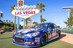 Välkomnande till det Las Vegas tecknet och Nascar den tävlings- bilen Arkivbild